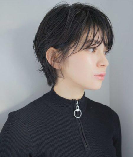透明感と抜け感のある黒髪ショート