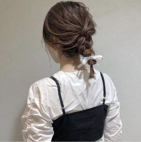 編み込みを施して結んだだけのシンプルなヘアアレンジ