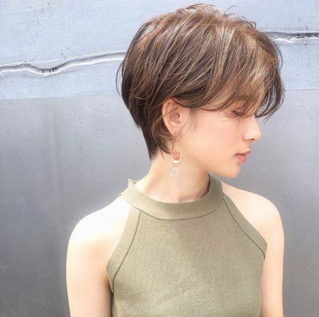 前髪をセンターパートで分けたショートヘア