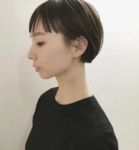 パツッとした切りっぱなし前髪、丸みのあるコンパクトなシルエットがポイントのショートカット