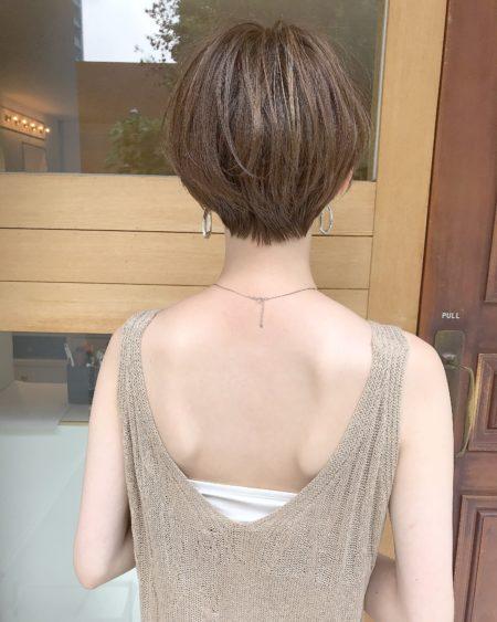 美しいシルエットのコンパクトなショートヘア