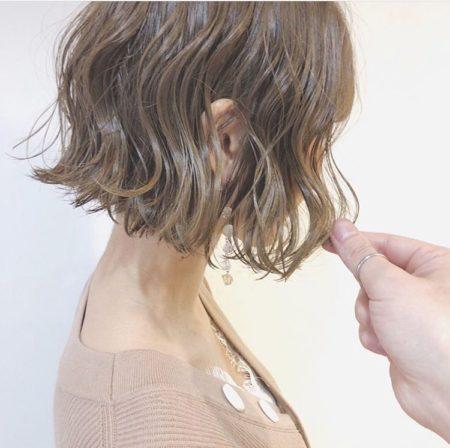 切りっぱなしのカットラインに均一的なウェーブパーマをかけた前髪なしボブ