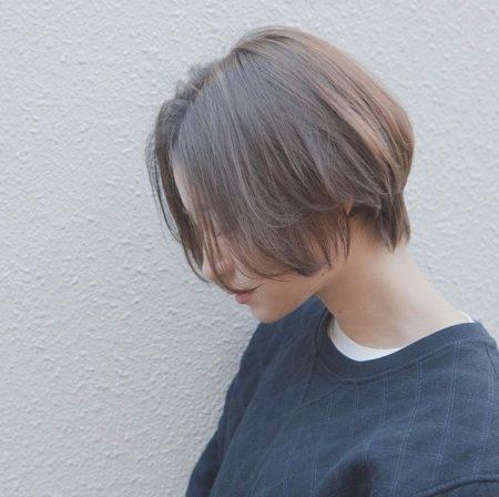ふんわり柔らかなドライな質感の前下がりショートヘア