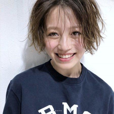 外国人のようなやわらかな髪質に見えるヘアスタイル