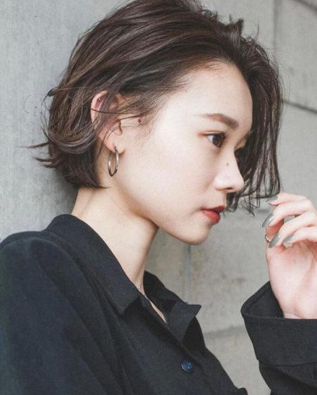 くせ毛のような髪の動き、ウェットな質感と毛束感、丸みのあるフォルムの前髪なしボブ