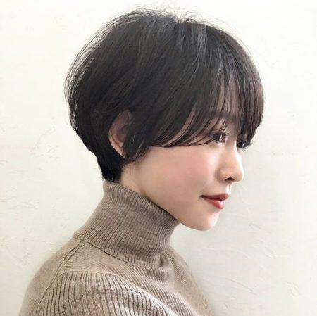 柔らかなフォルム、ボリューム感が女性らしさを引き立てるショートヘア