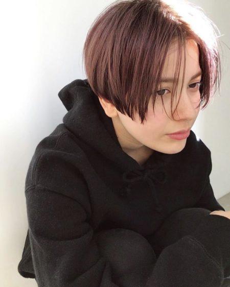 ピンクバイオレットの髪色が可愛いショートヘア