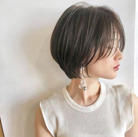 センターパートの前髪で頬の骨格を矯正するショートヘア