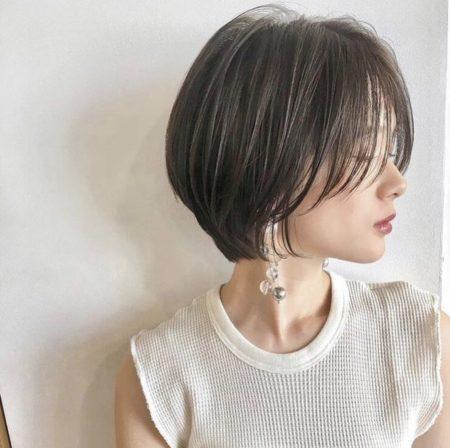 丸みのあるフォルムに流れる前髪、ストレートヘアでもフォルムの丸みがあるのでシャープになり過ぎないコンサバショート