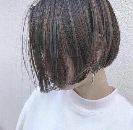 無造作に動く髪、毛束感、立体感がデザインポイントの前髪なしボブ