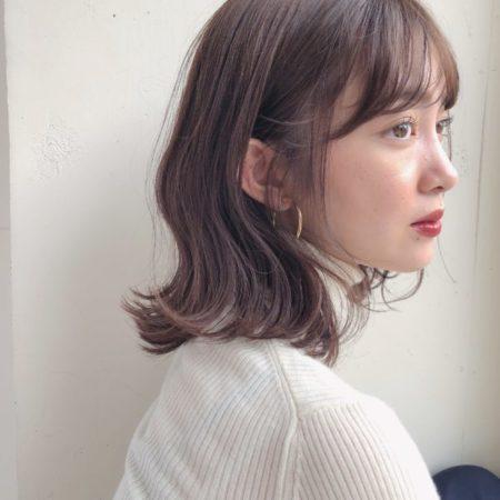 ひし形フォルムのミディアムヘア