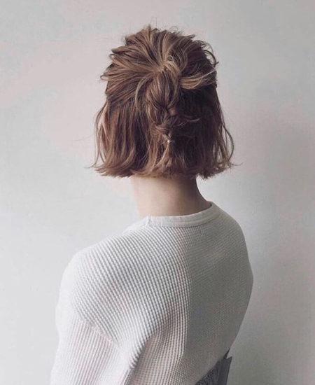 ハーフアップのポニーテール部分を三つ編みにしたヘアアレンジ