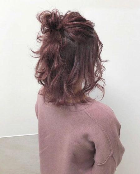 動く毛先と束感が可愛いハーフアップミディアムお団子