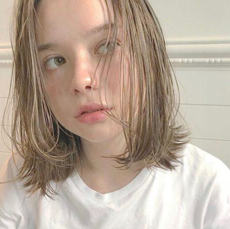 ハイトーンベージュカラーの前髪なしミディアムボブ