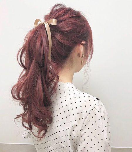 ピンクアッシュカラーのセミロングポニーテールヘアアレンジ