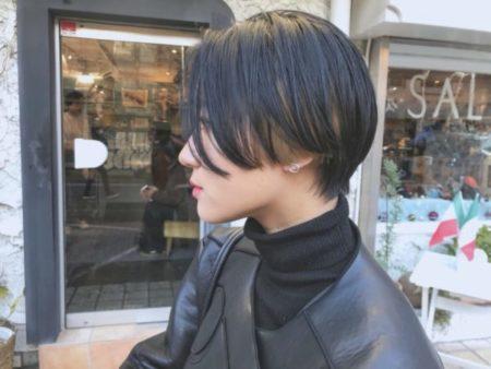 インナーカラーと黒髪のコントラスト前髪なしハンサムショート