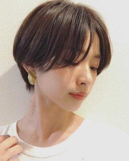 横顔が美人に見える前髪の丸みのあるひし形シルエットのショート