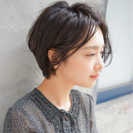 ウェットな束感、キレイなひし形シルエットが特徴の黒髪前髪なしショートボブ