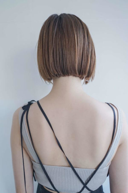 線を引いたような真っ直ぐなカットラインが潔く洗練されたオシャレな前髪なしショートボブ