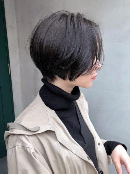 黒髪の前下がり前髪なしショートボブ