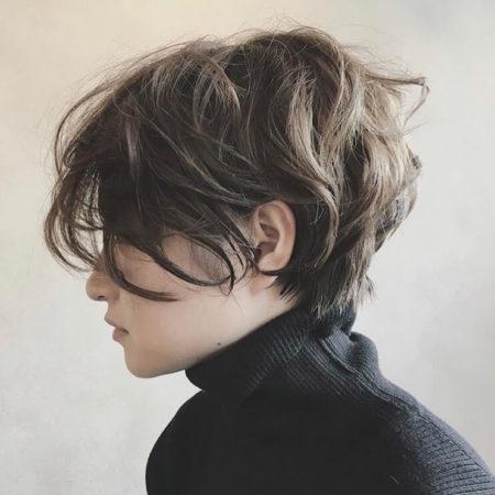 くせ毛風パーマの前髪なしハンサムショート