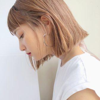 きりっぱなしボブ×ハイトーンカラー|【GARDEN omotesando】 Momo のヘアスタイル|ヘアカタログLALA [ララ]