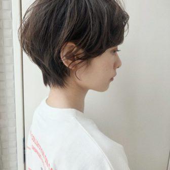 無造作ウェーブ×くびれショート 大人カジュアルヘア|【joemi by Un ami】 大久保 瞳のヘアスタイル・髪型|ヘアカタログLALA [ララ]